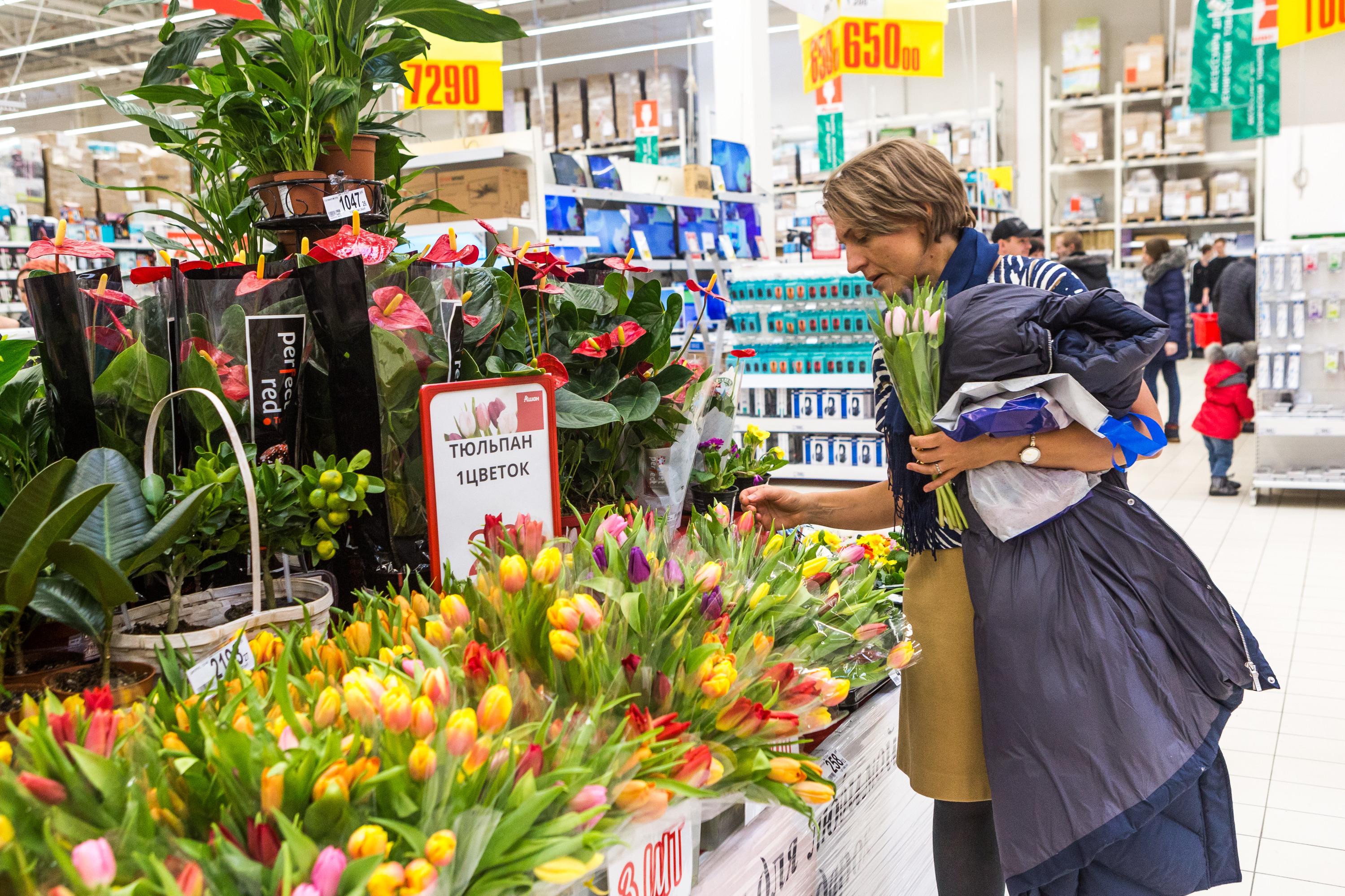 Тюльпанов день: цветы, алкоголь и странные подарки — магазины устроили распродажу в честь 8 Марта