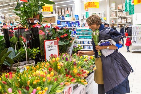 Практически в каждом гипермаркете города перед праздником открыли свои цветочные лавки