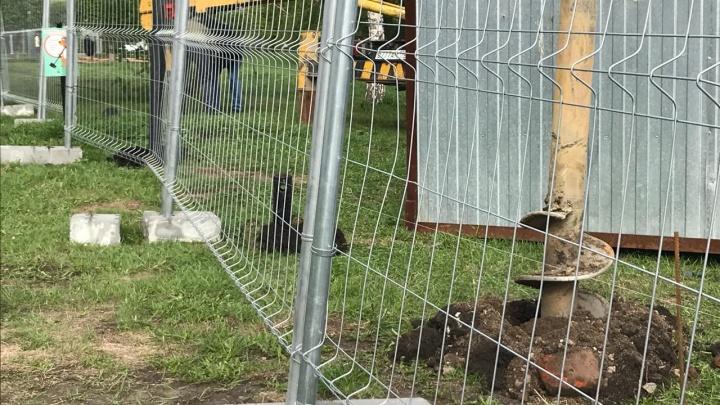 На месте строительства храма Святой Екатерины начали устанавливать новый забор — на этот раз мощный