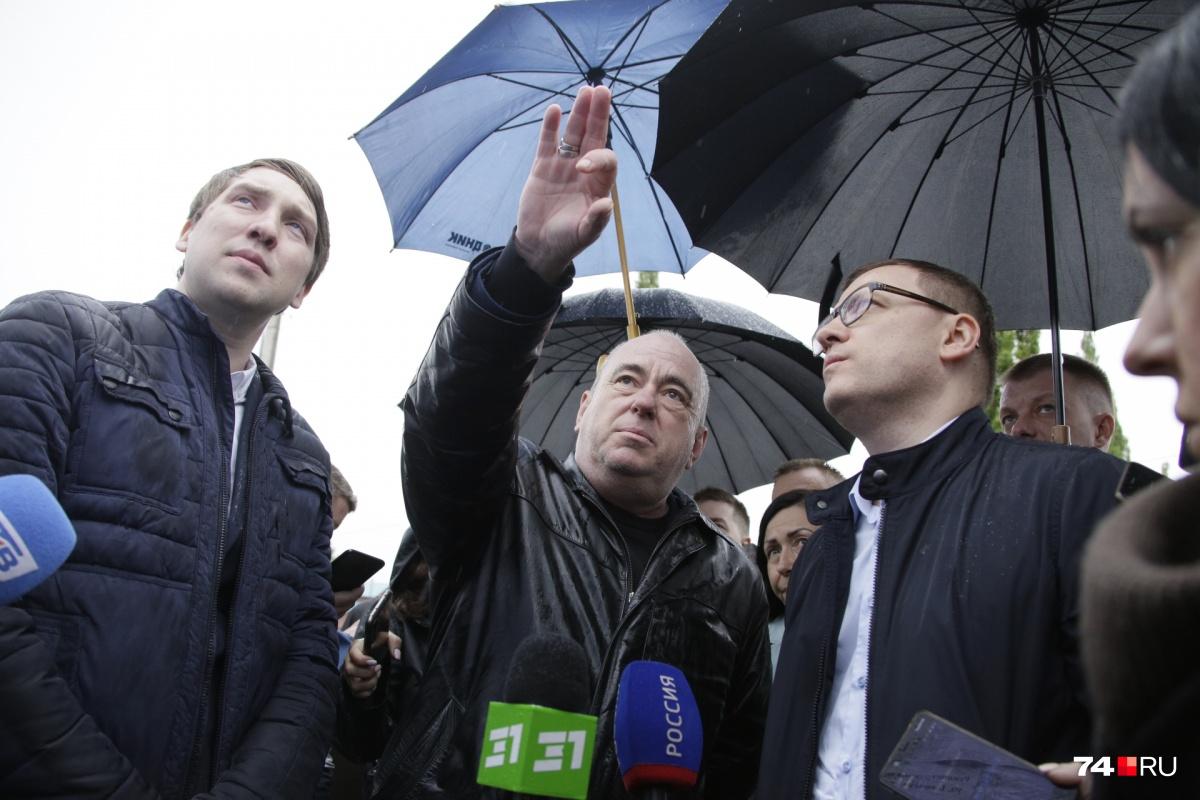 Александр Шабалин (в центре) рассказывал Алексею Текслеру о планах дорожного строительства, но не смог ответить на вопросы главы региона
