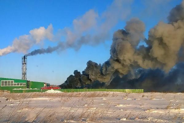 На территории завода «Квант» загорелся гараж