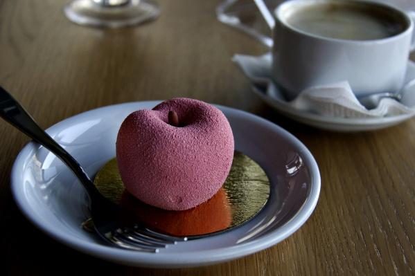 Пирожное «Персик» из сливочного крема с начинкой из кусочка персика в желе за 160 рублей