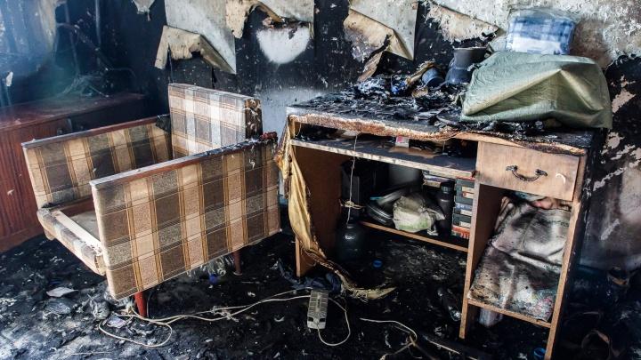 «Пыталась вынести его из дома»: в сгоревшем доме в Волгоградской области погиб молодой мужчина