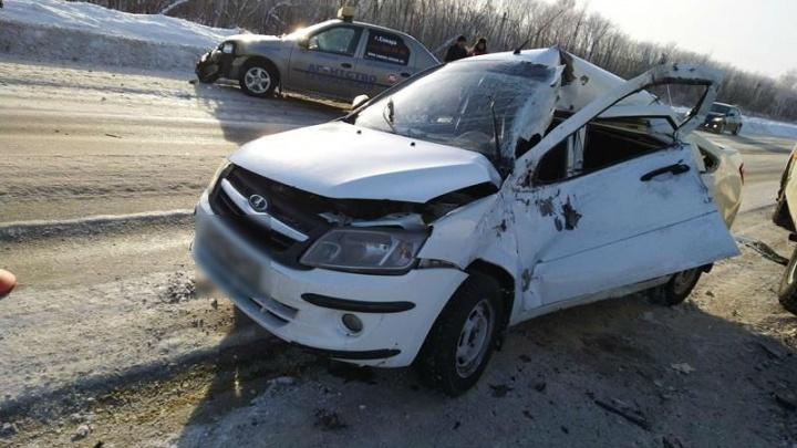 Неудачный обгон: на трассе в Самарской области Lada Granta влетела в ПАЗ