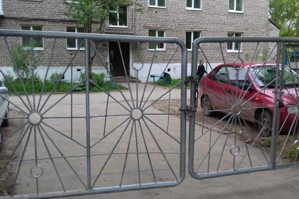 Тот самый злополучный забор. Теперь к нему приварили дополнительные прутья