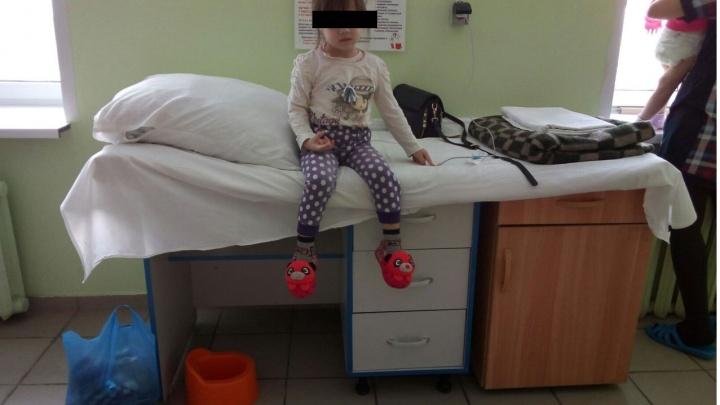 В переполненной омской больнице ребёнку соорудили «кровать» из стола и тумбочки