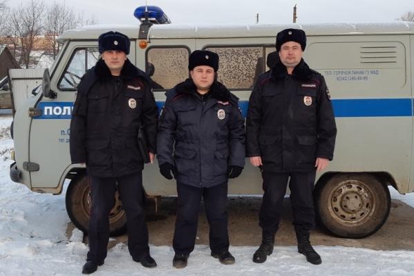 Трое полицейских помогли семье из Прикамья выбраться из леса