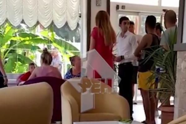 Семья погибшей и сотрудники отеля пытаются разобраться, что случилось с девочкой