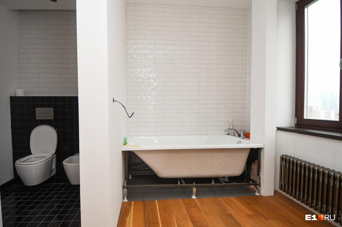 Санузел с окном. Можно даже шторы не вешать — все равно за окном нет других домов такой же высоты