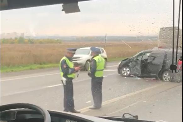 Пассажирский автобус столкнулся с легковушкой на Полевском тракте. Есть пострадавшие