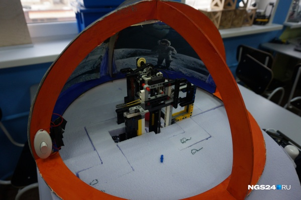 """Лунную базу для добычи полезных ископаемых собрали дети из школы <nobr class=""""_"""">№149</nobr>"""