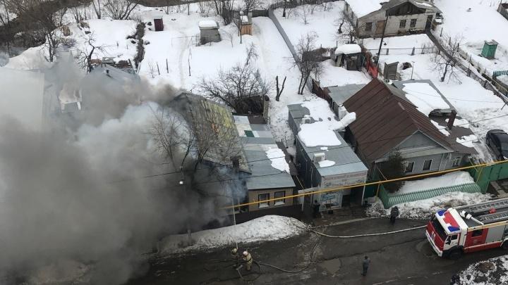 В Самаре в районе Постникова оврага горел частный дом на двух хозяев