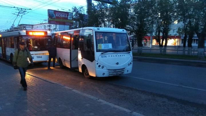 В центре Волгограда столкнулись автобус и троллейбус