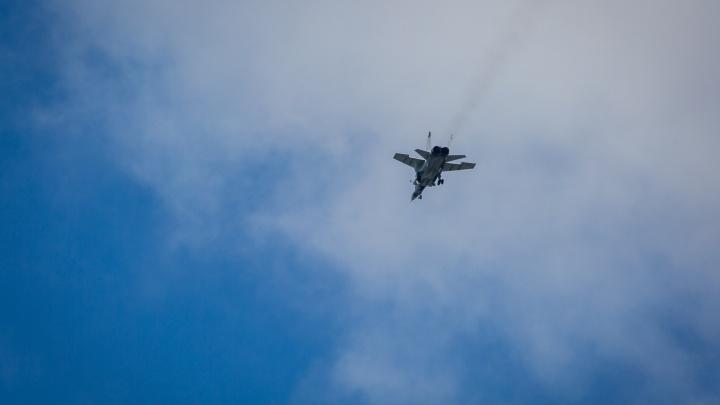 Боевые истребители пролетели над центром Новосибирска