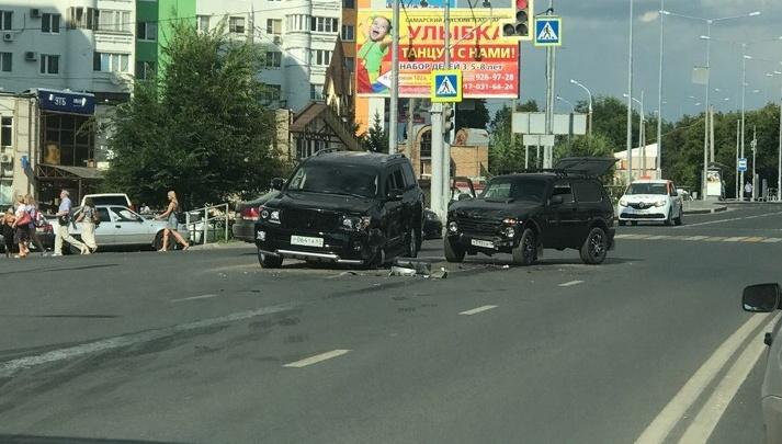 На Ново-Садовой напротив «Апельсина»столкнулись Toyota Land Cruiser и «Нива»