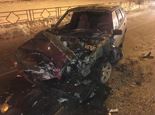 Капот разорвало на части: на улице XXII Партсъезда машина залетела под снегоуборочную технику