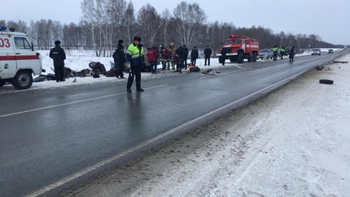 В лобовом ДТП на трассе под Новосибирском погибли шесть человек