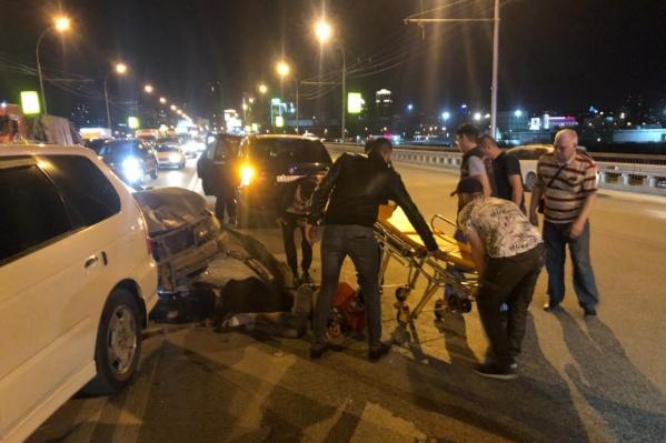 Следователи предполагают, что пьяный водитель на скорости влетел в автомобиль, рядом с которым были трое пешеходов