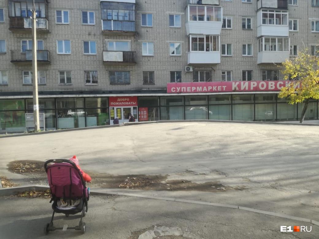 Самый короткий съезд к «Кировскому». Здесь хоть немного видно выезжающие машины