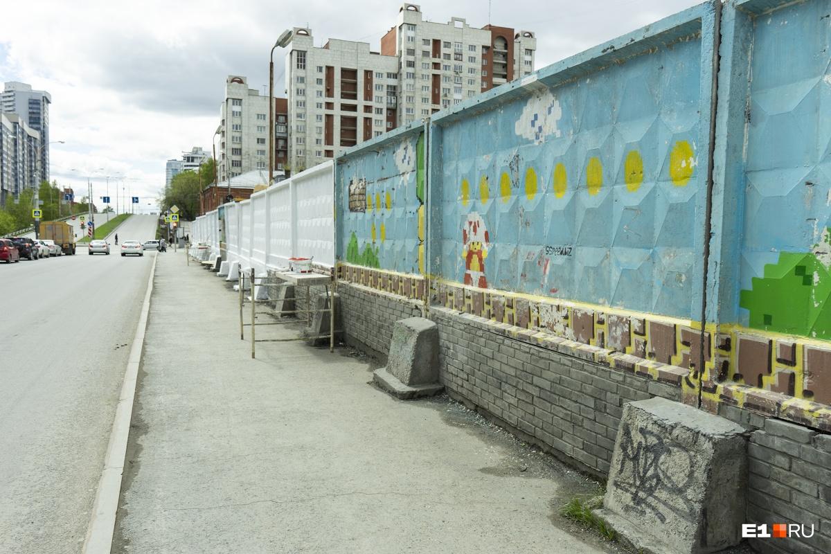 Забор не игрушка: на Московской закрасили гигантские граффити с Марио