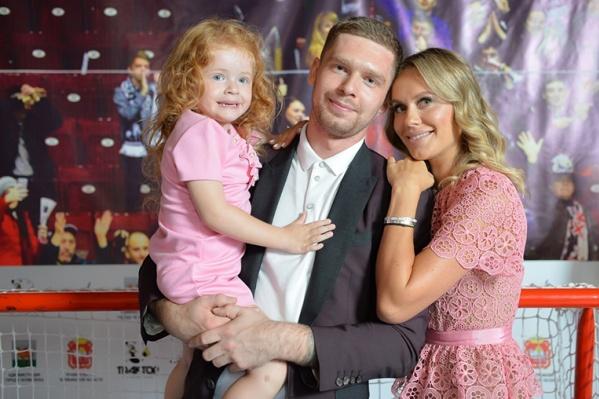 Евгений Кузнецов с женой Настей воспитывают дочь Есению, которая появилась на свет через четыре года после свадьбы пары