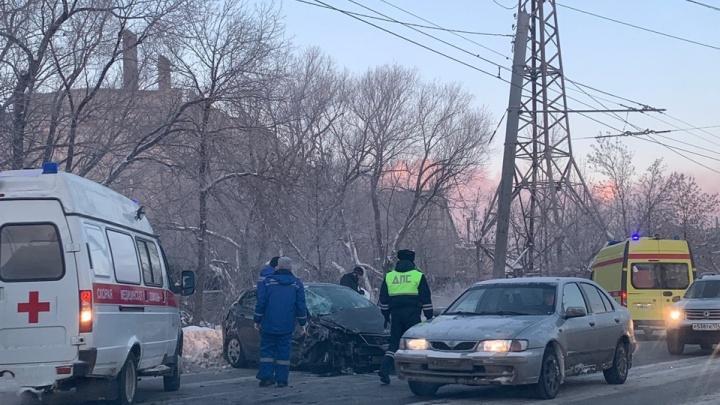 В салоне было 15 человек, троих увезли в больницы: в Челябинске столкнулись маршрутка и легковушка