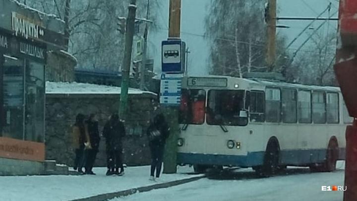 «Гололед страшенный»: на Химмаше троллейбус врезался в столб