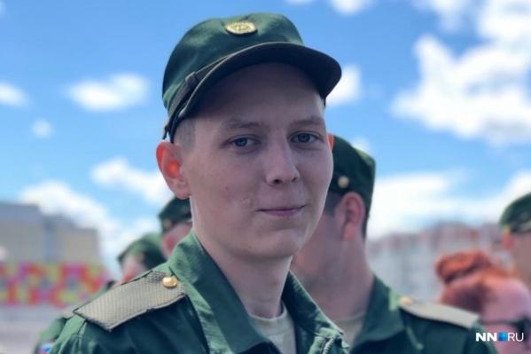 Евгений отслужил в армии всего месяц
