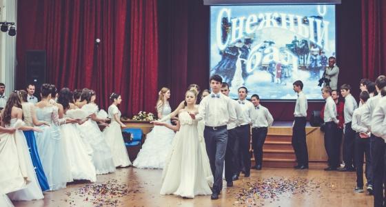 Падеграс и менуэт на перемене: как в екатеринбургской школе учат историю на балах в пышных платьях