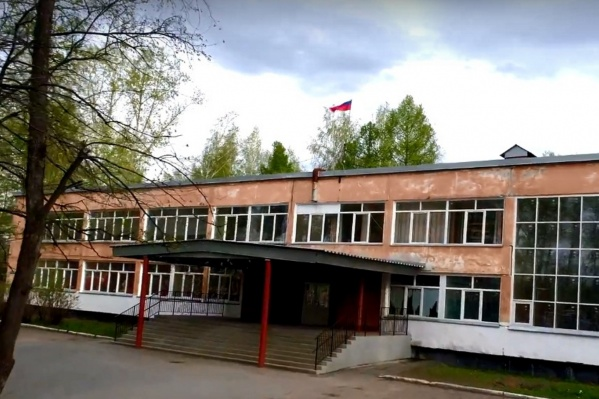 Школа № 51, построенная в 1967 году, — единственная в микрорайоне