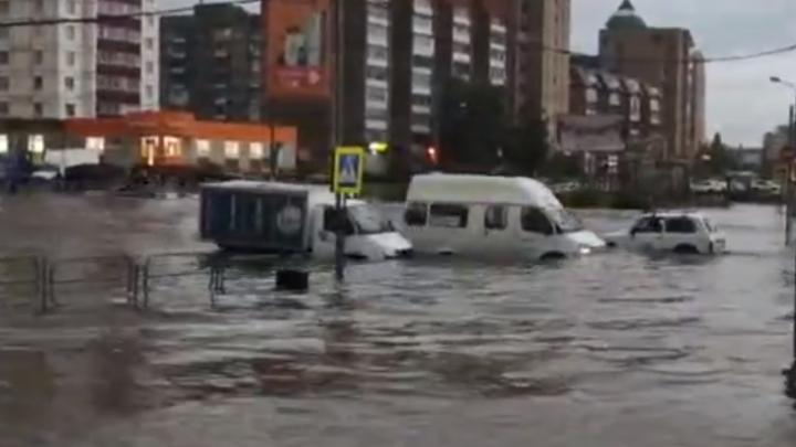 Себяшка-промокашка: Магнитогорск затопило и завалило градом, а жители делали селфи
