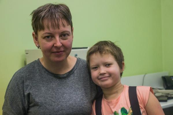 Соня и Виктория Сутурины приезжают в Новосибирск чаще раза в месяц — чтобы врачи посмотрели и донастроили стимулятор