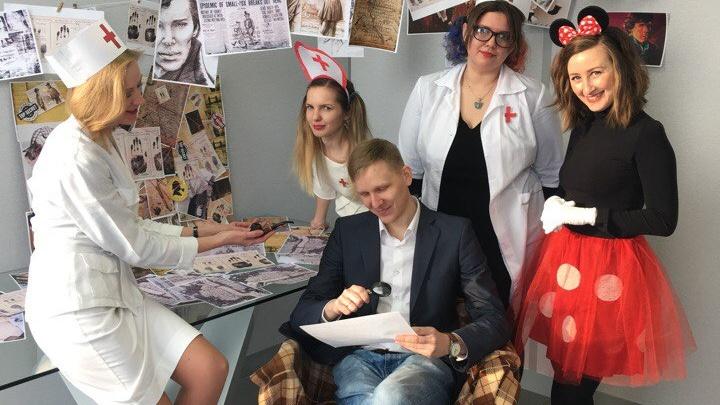 20 медсестёр, 10 пионерок и одна колбасная русалка: как поздравляют мужчин в офисах Екатеринбурга