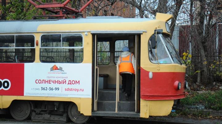 Трамваи на Луначарского встали в пробку из-за оставленного пакета