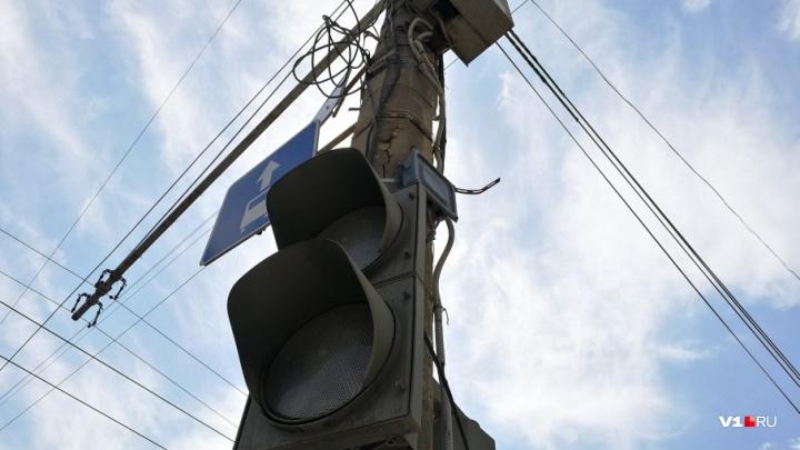«До сих пор моргают»: в Волгограде после перевода часов не«проснулись» светофоры