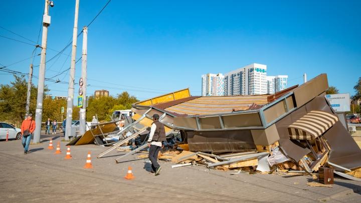 Загадочное происшествие: торговый павильон возле Главного автовокзала превратился в груду хлама