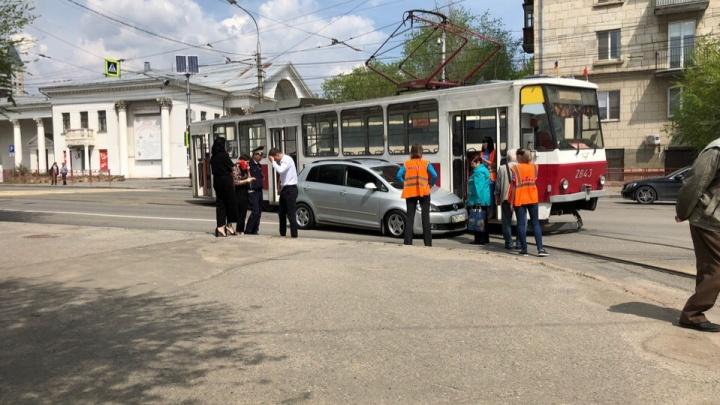 «В Volkswagen была невеста»: свадебный кортеж не поделил дорогу с трамваем в Волгограде