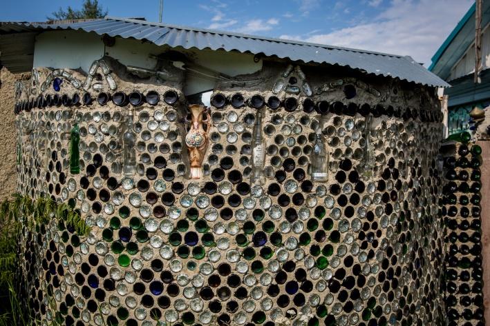 Главное, говорит Геннадий Петрович, сделать раствор покрепче. Забор стоит уже почти 20 лет