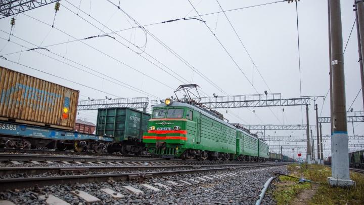 Шла по путям и не реагировала на сигналы: в Ярославской области под поездом погибла девушка