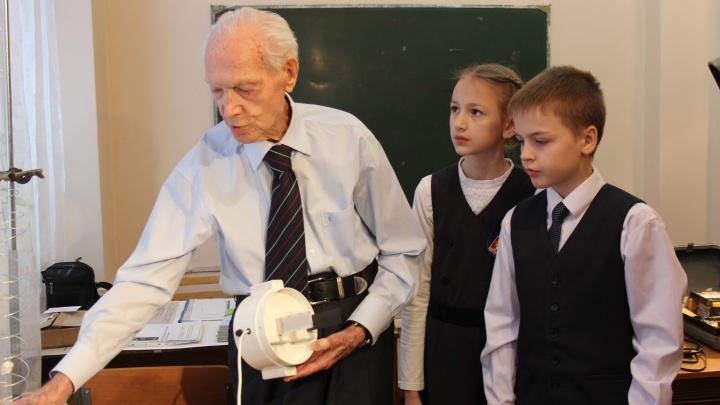 В лицее «Ветлужанки» физику преподаёт 95-летний учитель