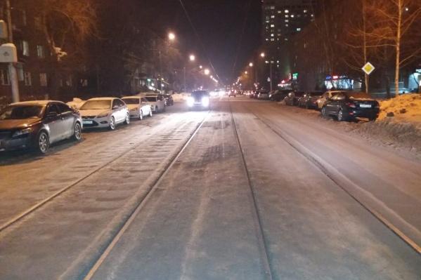 Местами дороги почти не осталось и водители выезжают на трамвайные пути