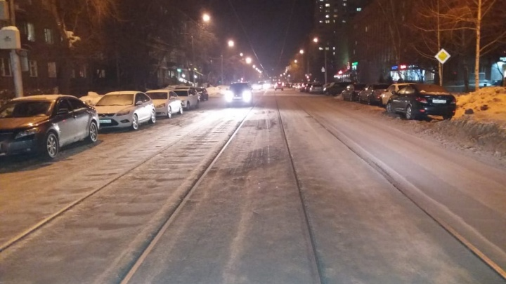 «Приходится ехать по трамвайным путям»: улицу в центре Новосибирска почти полностью занесло снегом