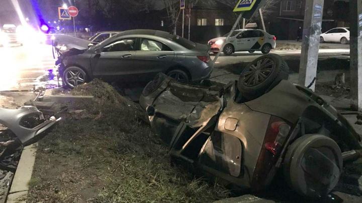 В Батайске в ДТП перевернулся и упал в канаву автомобиль. Есть пострадавшие