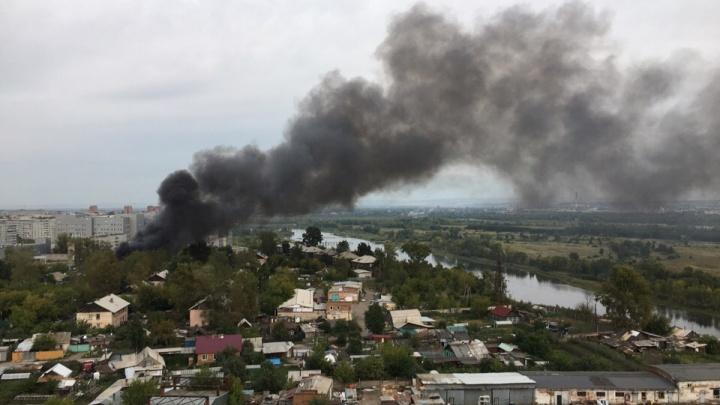 Столб дыма взвился над городом. В Красноярске феерично горели очередные бараки