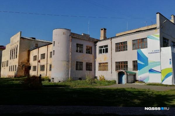 Сейчас фасад здания в плачевном состоянии
