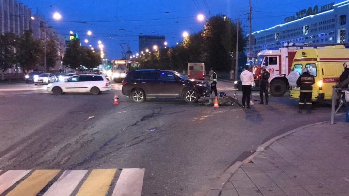 Иномарка не пропустила: появилось видео аварии с мотоциклом в Перми, где пострадали два человека