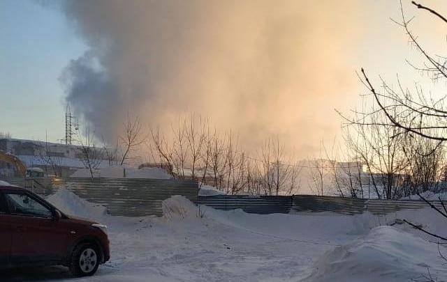 Пожарные вынесли газовые баллоны и эвакуировали машину из здания загоревшегося склада на Гаранина