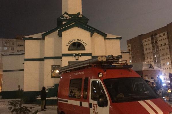Прибывшие на место пожарныеобнаружили, что горят учебные принадлежности на втором этаже здания