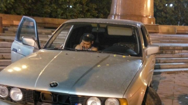 Хорошо погулял: ночью десантник на BMW врезался в памятник Татищеву и де Геннину