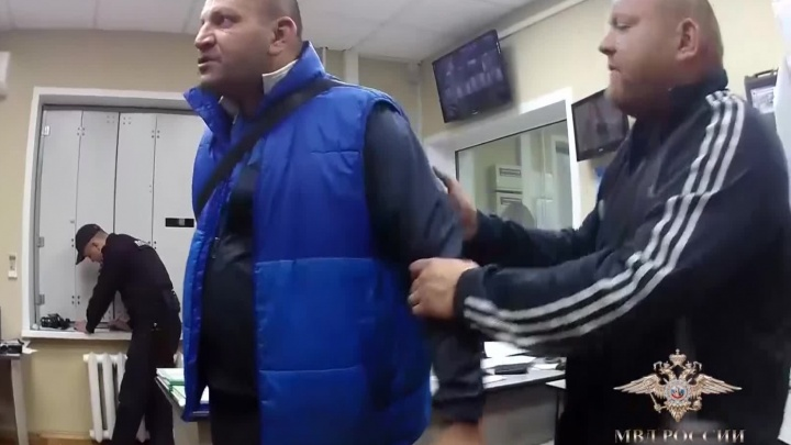 Пассажир пошёл под суд за пьяный дебош в аэропорту Толмачёво и оскорбление полиции